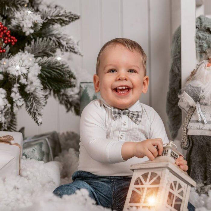 sesje świąteczne wrocław, fotograf dzieci rodzinny, najlepszy zdjęcia w śniegu z choinką