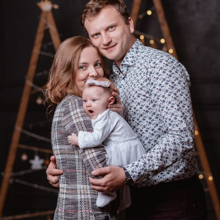 sesje rodzinne świąteczne, dziecięce, scena świąteczna, fotograf rodzinny, fotografia w studio, choinka