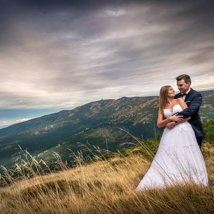 zdjęcia ślubne na szczycie, górski plener ślubny, ślub w górach, fotografia młodej pary