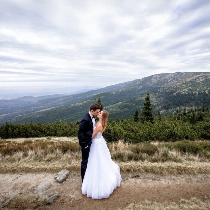 zdjęcia ślubne na szczycie, górski plener ślubny, ślub w górach, fotografia młodej pary, piękne para