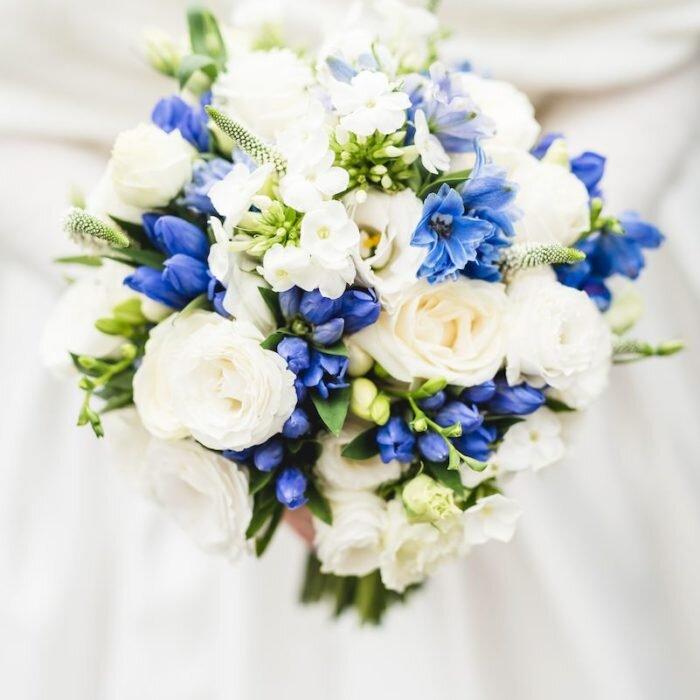 bukiet ślubny panny młodej, inspiracje ślubne, dekoracje, kolor 2020 niebieski