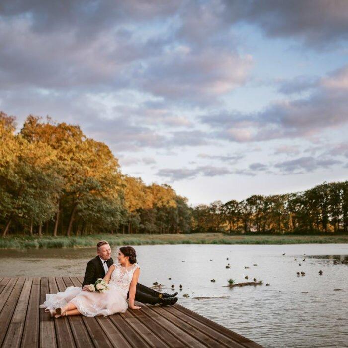 sesja poślubna w zamku Moszna, zachód słońca na zdjęciach ślubnych, pejzaż