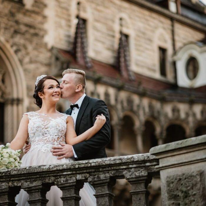 zakochana młoda para, sesje wrocław, najlepszy,fotograf,zdjęcia ślubne w zamku
