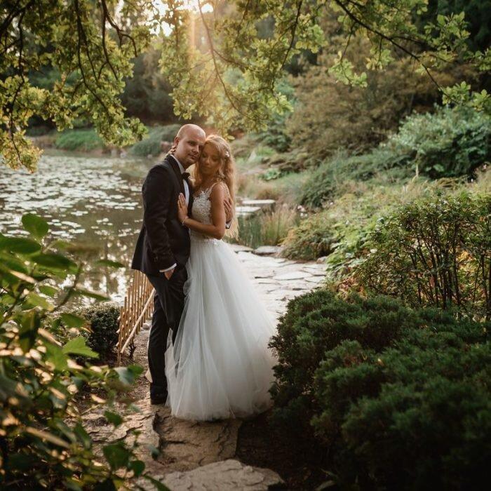 zakochana młoda para, sesje wrocław, najlepszy,fotograf,zdjęcia ślubne, romantyczna scena