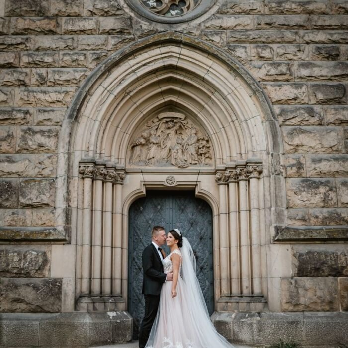 zakochana młoda para, sesje wrocław, najlepszy,fotograf,zdjęcia ślubne, symetria w fotografii