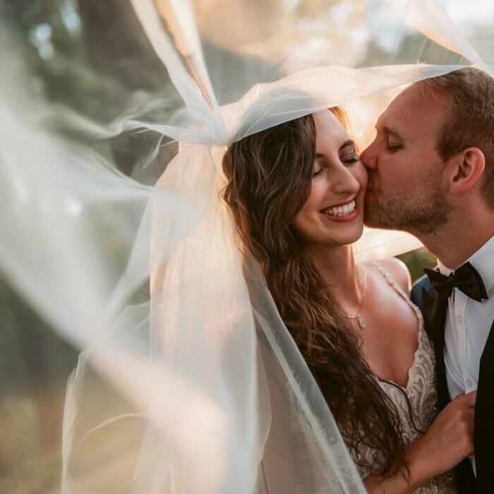 zakochana młoda para, sesje wrocław, najlepszy,fotograf,zdjęcia ślubne na pomoście wrocław, zachód słońca