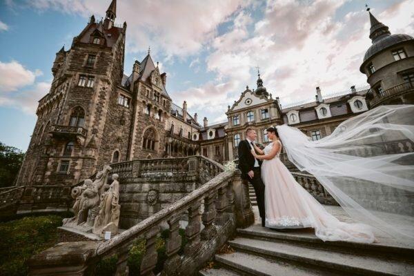 sesja ślubna w zamku Moszna, zachód słońca na zdjęciach ślubnych, pejzaż